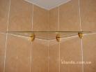 Идея со стеклянными полочками для ванной комнаты